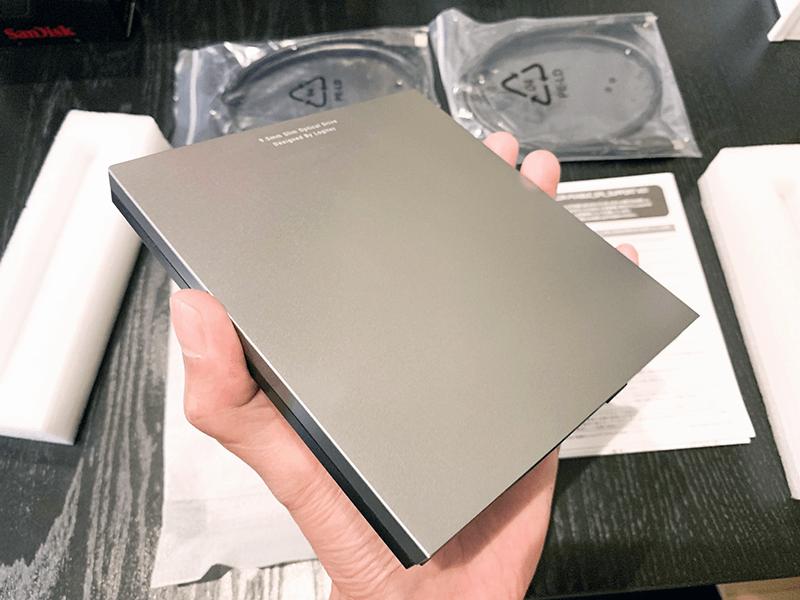 本体の色は、MacBook Proのスペースグレイにかなり近いです! 光沢が抑えており、マットな感じで、触りごごちもよく、かなりマッチします。